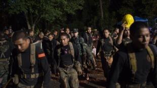 Des soldats thaïlandais aux abords de la grotte où 12 enfants sont bloqués avec leur entraîneur, le 6 juillet 2018.