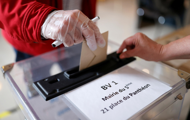 Bỏ phiếu bầu cử địa phương vòng 2 tại Pháp, ngày 28/06/2020. Ảnh chụp tại một điểm bầu cử ở quận 5, Paris.