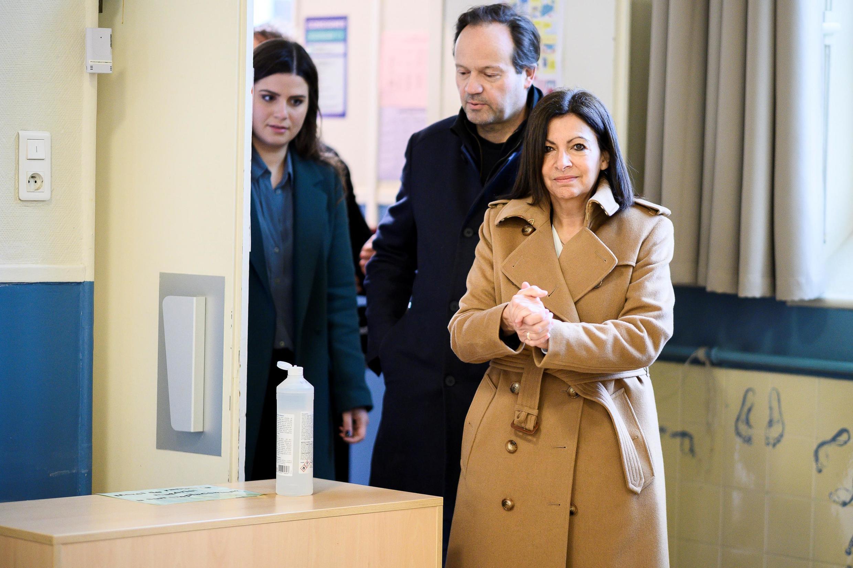 A prefeita de Paris, Anne Hidalgo, do Partido Socialista, votou ao lado do marido, Jean-Marc Germain..