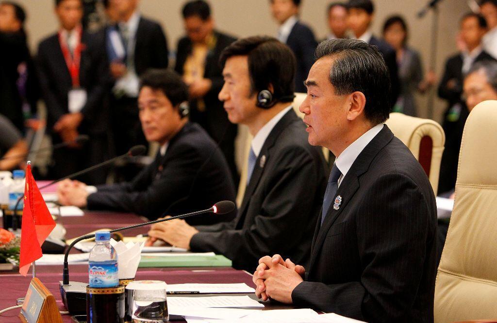 Ngoại trưởng Nhật Fumio Kishida (ngoài cùng bên trái) và người tương nhiệm Hàn Quốc Yun Byung-se (giữa) trong một cuộc họp ngày 09/08/2014 tại Trung tâm Hội nghị Quốc tế Miến Điện (MICC), Naypyidaw