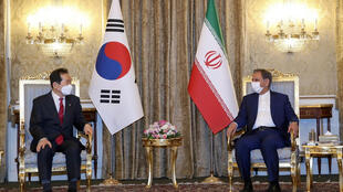 """اسحاق جهانگیری معاون اول رئیس جمهوری ایران، روز یکشنبه ۲۲ فروردین، در جریان نشست مطبوعاتی مشترک پس از ملاقات با """"چانگ سیه کیون"""" نخست وزیر کره جنوبی در تهران"""