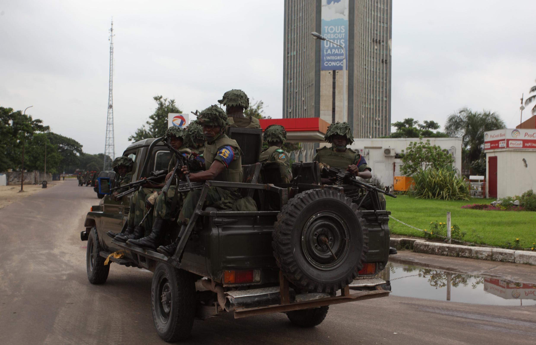 Des soldats congolais se dirigent vers le siège de la télévision d'Etat dans la capitale Kinshasa, le 30 décembre 2013.