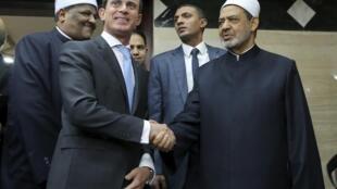 Le Premier ministre français Manuel Valls avec Ahmed Mohamed el-Tayeb, grand imam de la mosquée al-Azhar, le 11 octobre 2015 au Caire.