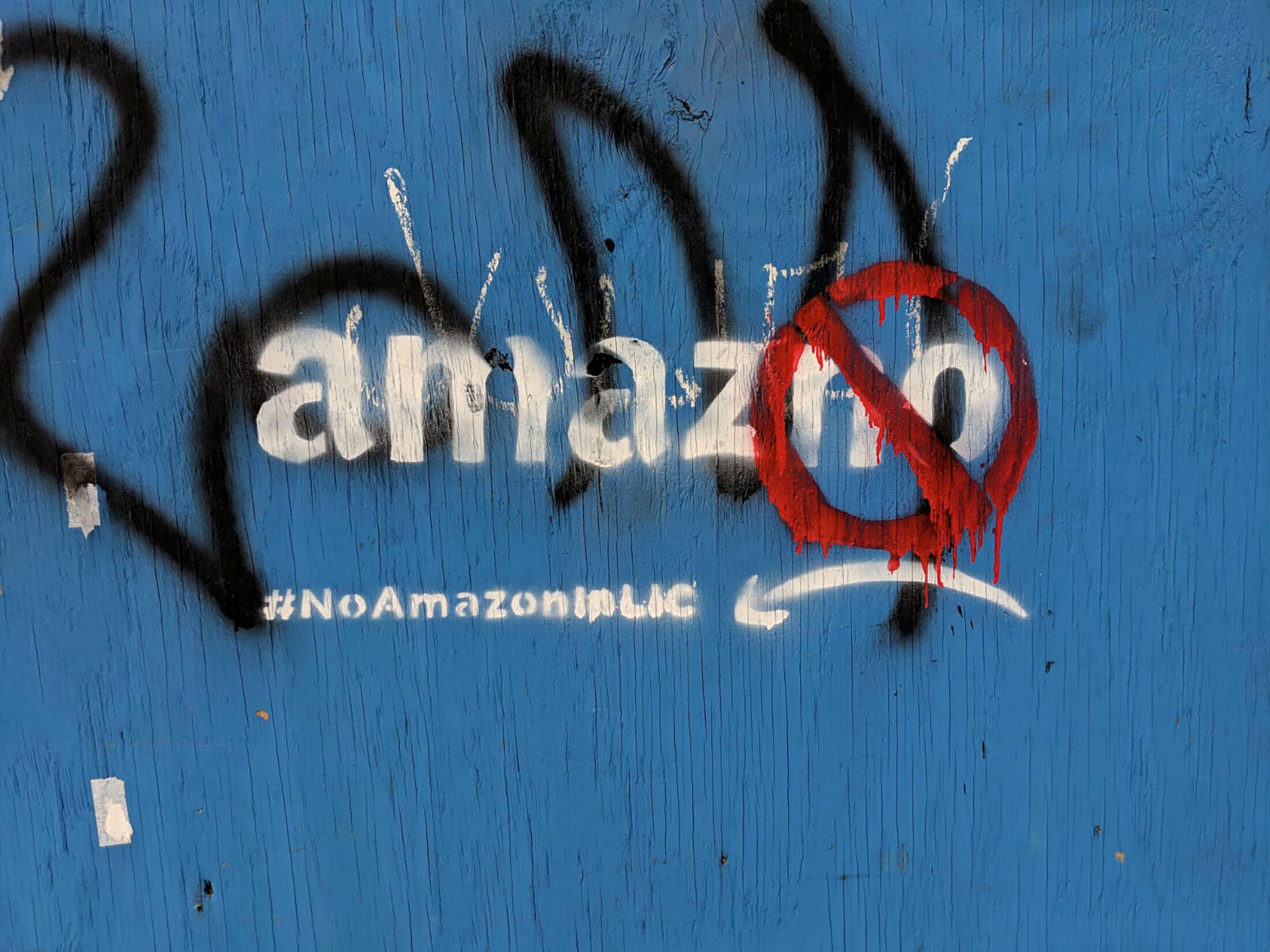 Graffiti contra Amazon en el barrio de Long Island City en New York, Estados Unidos, el 5 de diciembre de 2018.
