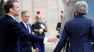 Le président français Emmanuel Macron et la Première ministre britannique Theresa May se quittent après une réunion sur le Brexit, à l'Élysée à Paris, le 9 avril 2019.