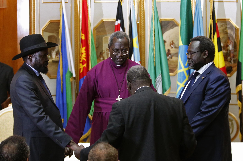 Salva Kiir (hagu) da Riek Machar (dama) a zaman sasantawa na farko