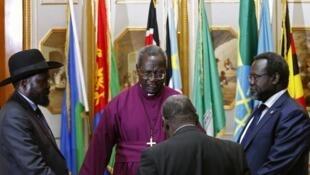 Rais wa Sudan Kusini Salva Kiir (koshoto) na Rieky Machar (kulia) katika moja ya mazungumzo