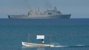Một tàu của Hải Quân Mỹ hoạt động gần khu vực bãi cạn Scarborough, Biển Đông. Ảnh chụp 21/04/2015.