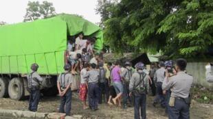 Các bị cáo Trung Quốc buôn lậu gỗ bị đưa ra tòa ở Myitkyina, Miến Điện ngày 22/07/2015.