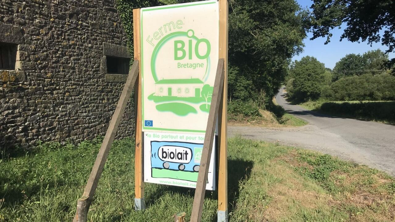 Entrée du Gaec de Brandeha, sur la commune d'Allaire (Morbihan). Un des 1 300 adhérents de Biolait, le groupement de producteurs de lait bio.