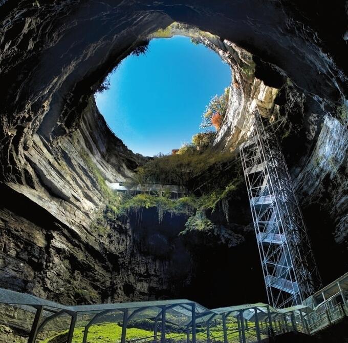 En 1889 Martel exploró la gruta de Padirac, un amplio y profundo pozo cerca de Rocamadour.