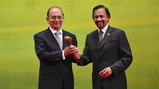 Tổng thống Miến Điện Thein Sein (T) trong lễ tiếp nhận chức Chủ tịch luân phiên ASEAN 2014, Brunei, 10/10/2013
