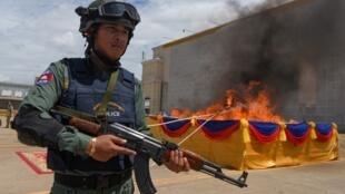 La police cambodgienne devant un stock de stupéfiants qui brûle, le 26 juin 2019.