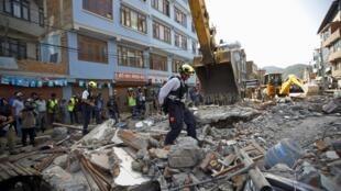 Desabamentos e cenas de pânico nas ruas de Katmandu com o novo terremoto de 7,3 na escala Richter.
