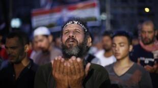 Partidarios de Mohamed Mursi durante la oración nocturna en las afueras de la mezquita de Rabaa Adawiya este lunes 8 de julio de 2013. Los aliados del ex mandatario han llamado a mantener la rebelión este martes.