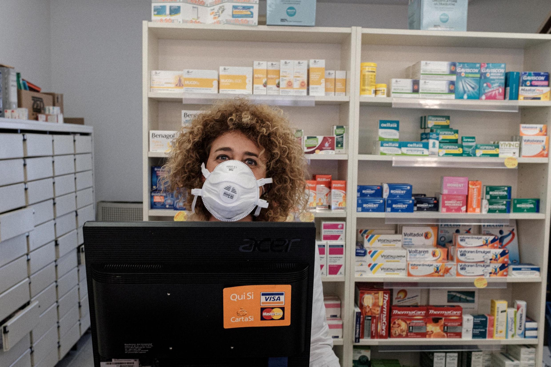 Na Itália, apenas comércios essenciais, como farmácias e supermercados, estão autorizados a trabalhar