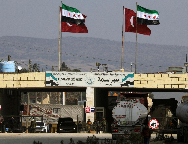 Флаги Турции и сирийской оппозиции на въезде в город Азаз (Идлиб), 20 февоаля 2020.