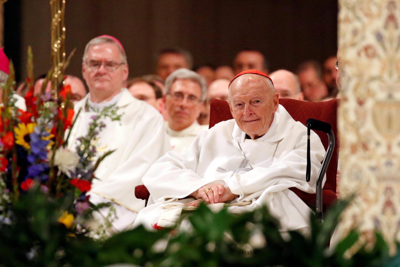 Hồng y Theodore E. McCarrick (ngoài cùng phải) trong một buổi lễ tại Washington ngày 26/01/2017.