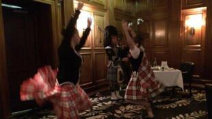 L'Ecosse célèbre son poète Robert Burns en dansant... et en buvant son whisky.