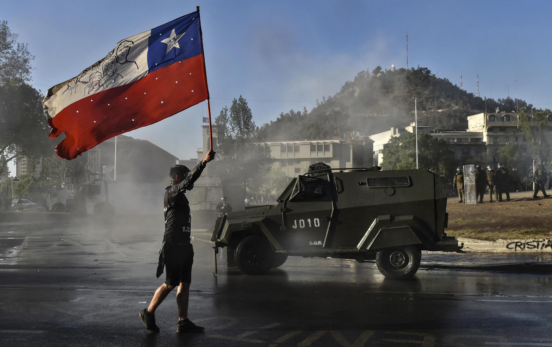 Un manifestant bradissant un drapeau chilien dans une manifestation contre le gouvernement de Sebastian Piñera, le 6 novembre 2020.