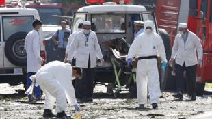 Equipes médicas e científicas no  lugar do atentado  em  Cabul . 24 de Julho de 2017