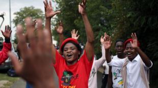 Sul-africanos cantam em homenagem à Winnie Mandela em sua residência em Soweto, África do Sul, em 3 de abril de 2018.
