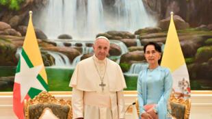 Le pape François et Aung San Suu Kyi à Naypyidaw, résidence présidentielle, le 28 novembre 2017.
