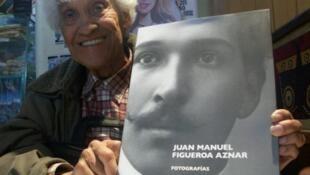 Lucho Figueroa muestra el retrato de su padre.