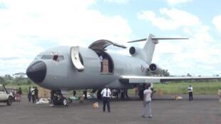 Sur le tarmac de l'aéroport de Gbadolite, en RDC, un avion est en train d'être déchargé de son matériel. (Image d'illustration)