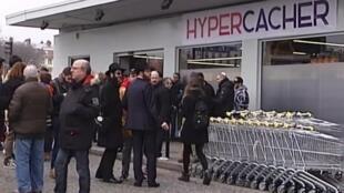 Reabertura do supermercado judaico Hyper Cacher contou com a participação de vários clientes neste domingo (15).