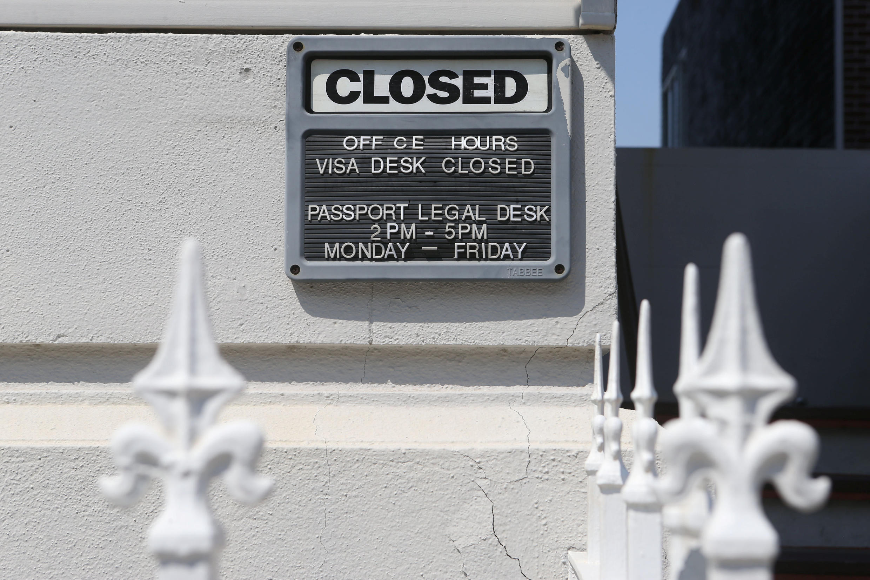 """Табличка """"закрыто"""" на здании российского генконсульства в Сан-Франциско, 1 сентября 2017 г."""
