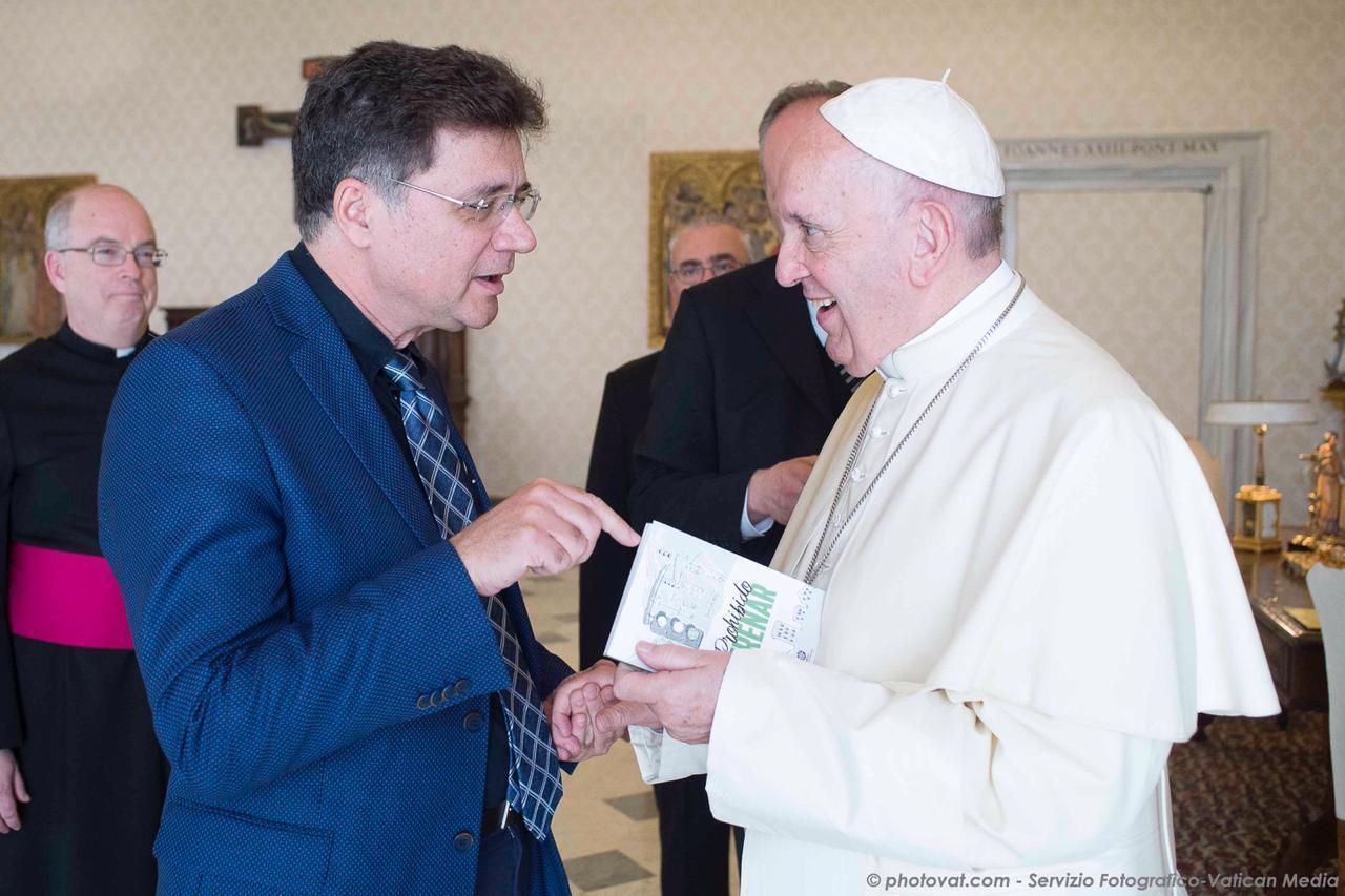 O teólogo Nelson Giovanelli Rosendo dos Santos com o Papa Francisco