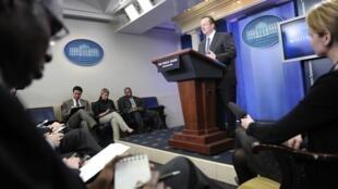 Le porte-parole de la  présidence américaine, Robert Gibbs, répondant aux questions des journalistes.