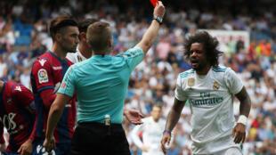 Mataimakin Kaftin din Real Madrid Marcelo, yayinda alkalin wasa Alejandro Jose Hernandez ya bashi jan kati yayin wasansu da Levente.