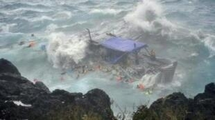 Video image of the boat driven onto the rocks at Christmas Island on 15 December 2010