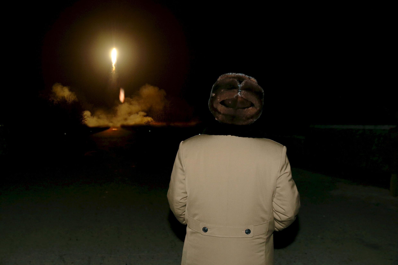 Lãnh đạo Bắc Triều Tiên Kim Jong Un theo dõi một vụ phóng tên lửa đạn đạo.