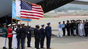 Lễ tiếp nhận hài cốt lính Mỹ tử trận trong chiến tranh Triều Tiên 1950-1953, do Bình Nhưỡng trao trả, tại căn cứ không quân Osan, Pyeongtaek, Hàn Quốc, ngày 27/07/2018