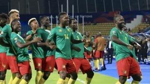 Festejos dos jogadores dos Camarões.