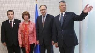 19 апреля, после окончания переговоров в Брюсселе. Слева направо: премьер-министр Сербии Ивица Дачич, глава дипломатии ЕС Кэтрин Эштон, заместитель генерального секретаря НАТО Александер Вершбоу, премьер министр Косово Хашим Тачи
