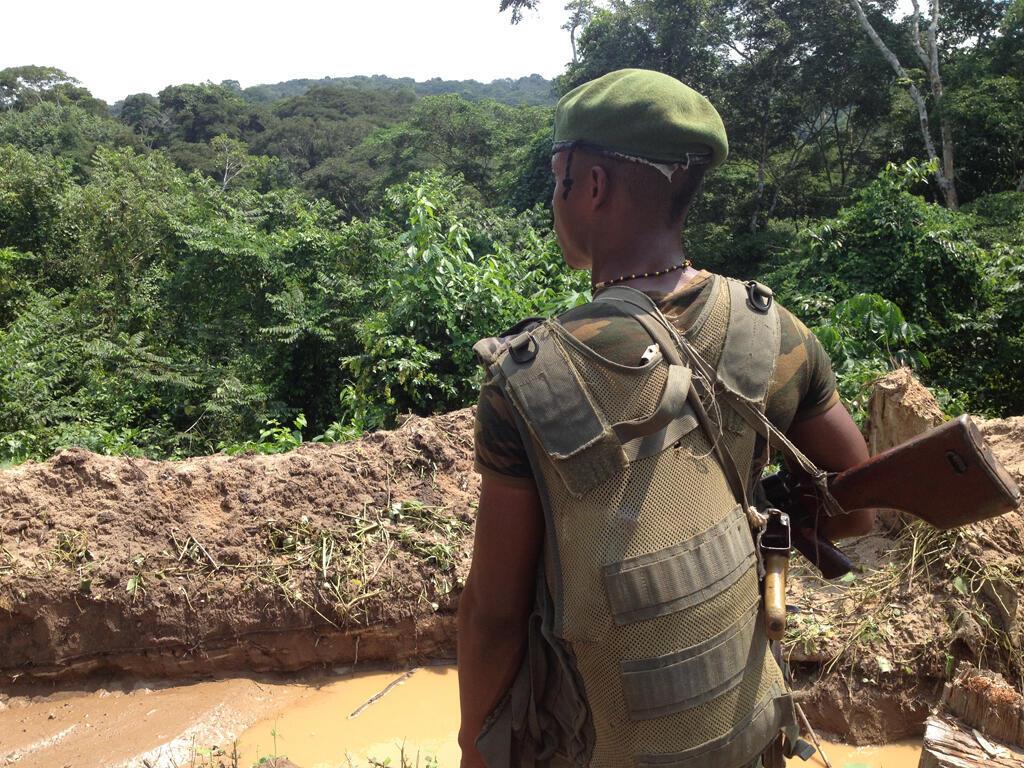 Un soldat congolais, devant une tranchée, protège le camp «Kabila».