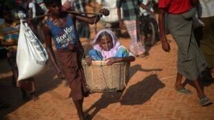四处逃难的缅甸罗兴亚难民