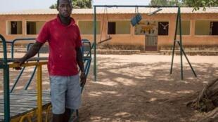 Le jeune Justin Mansali devant la garderie pour enfants de Kanico, construite sur un terrain déminé en 2017.