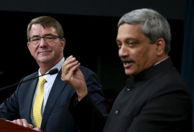 Bộ trưởng Quốc phòng Mỹ Ashton Carter (T) và đồng nhiệm Ấn Độ Manohar Parrikar trong buổi họp báo tại Lầu Năm Góc, ngày 10/12/2015.