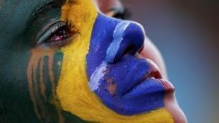 Une fan de la Seleçao pleure après la défaite de l'équipe du Brésil face à l'Allemagne (7 à 1) pour la demi-finale de la Coupe du monde, le 8 juillet 2014.