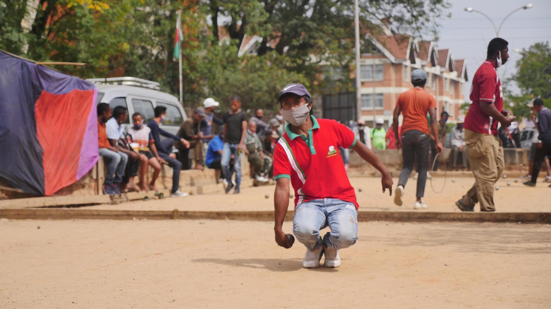Tontonne, le joueur professionnel malgache au plus grand palmarès, s'entraîne au boulodrome de la Cnaps sans savoir quand aura lieu la prochaine compétition internationale, le 23/05/2020.