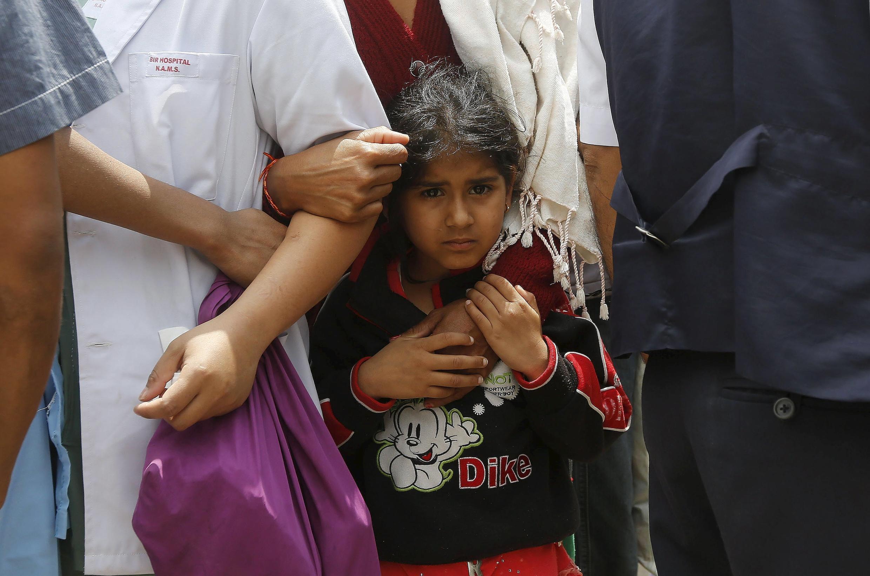 Bé gái Nepal trước cửa một bệnh viện ở Katmandu ngày 26/4/2015 sau trận động đất.