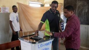 Des électeurs gabonais lors du second tour des législatives, le 27 octobre 2018 à Libreville, la capitale.