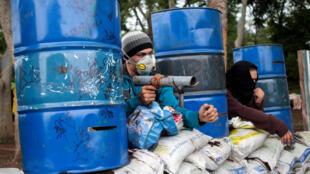 Manifestantes armados contra as forças policiais na Nicarágua