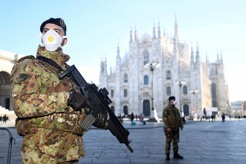 Quân nhân Ý đeo khẩu trang tuần tra bên ngoài nhà thờ lớn Duomo được lệnh đóng cửa vì virus corona mới, Milano, Ý, ngày 24/02/2020.