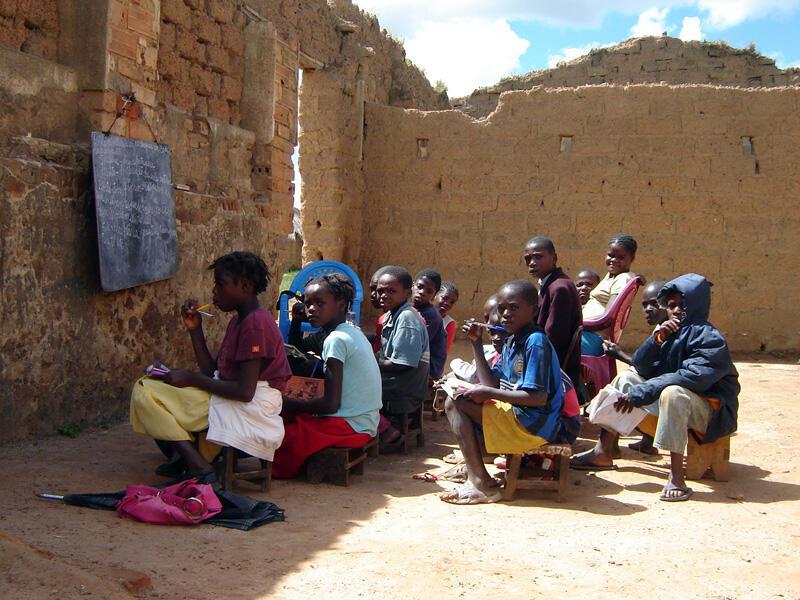 Des écoliers suivant leurs cours dans des ruines, à Bié, en Angola, en 2007.
